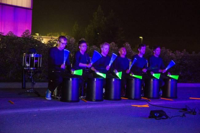Trommler haben leuchtende Drum Sticks um das Publikum zu begeistern.