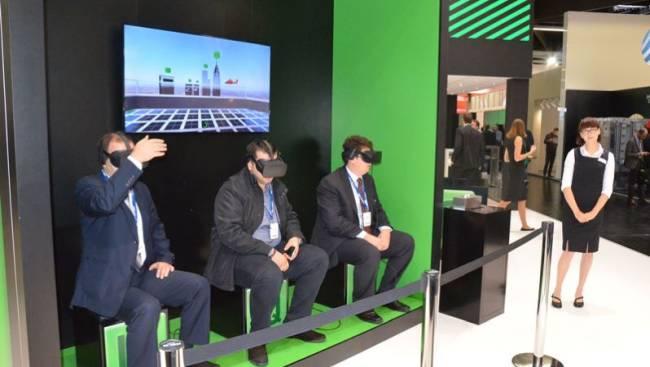 Drei Herren nutzen eine Virtual Reality Brille, um in eine neue Welt einzutauchen.