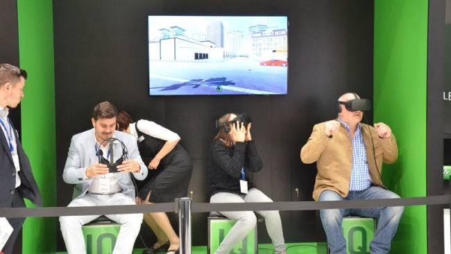 Menschen mit VR-Brille auf einem Messestand