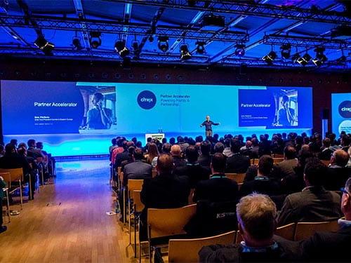 Keynote-Sprecher auf Event-Bühne mit großer Leinwand und medialer Bespielung