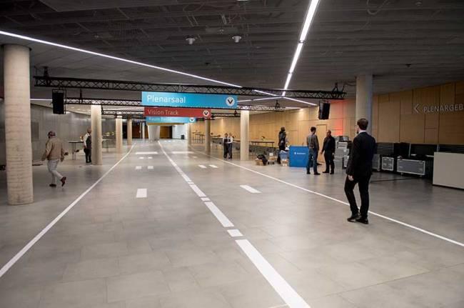 Der Gang im World Conference Center Bonn ist als Landebahn gestaltet.