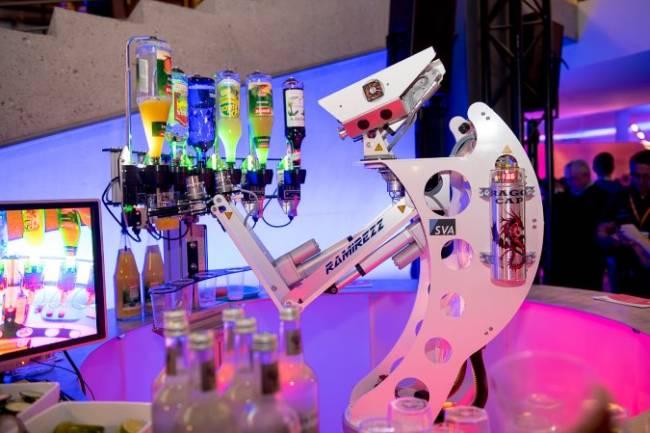 Ein Roboter mischt automatisch Cocktails an einer Bar auf einer Citrix Veranstaltung.