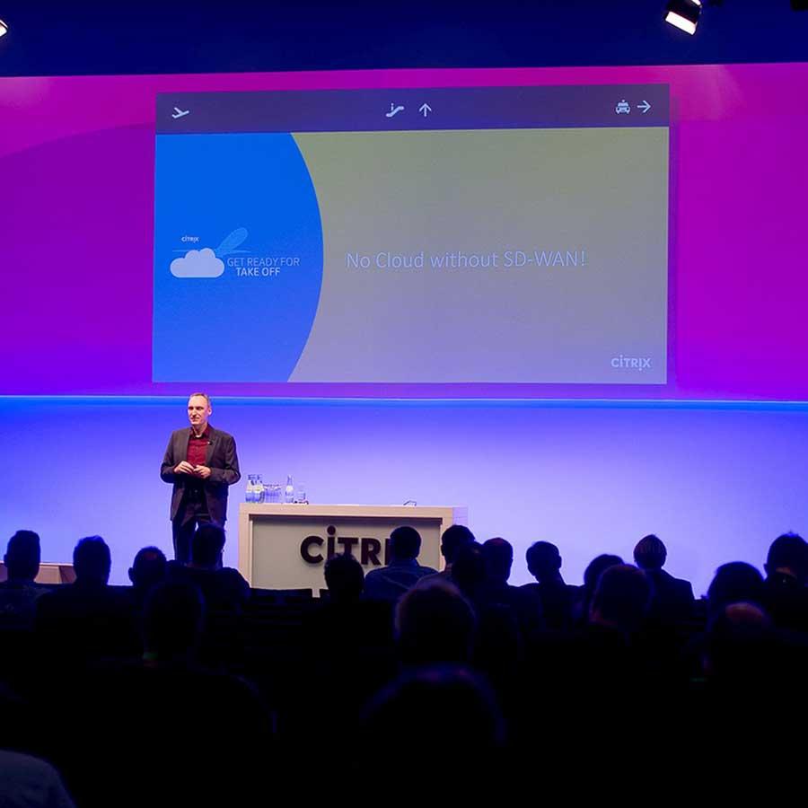 Keynote-Speaker vor Leinwand auf einem Event von CITRIX