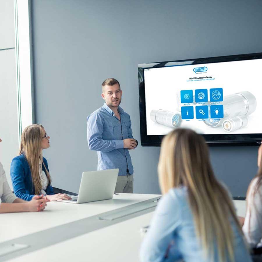 Digitale Präsentation vor Kollegen bei Hummel