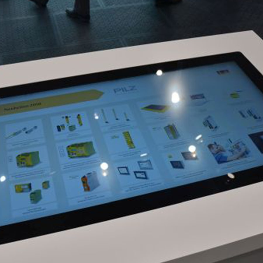 Touchtable auf Messe mit Produktkatalog von PILZ