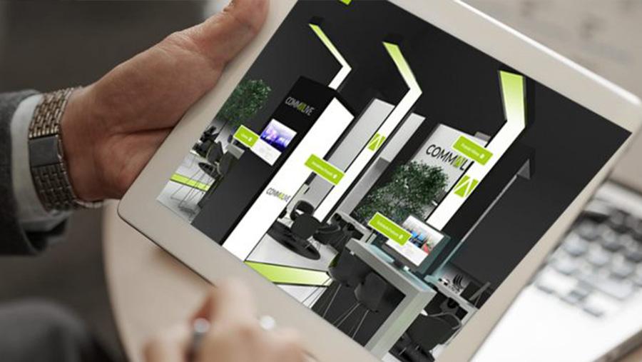 Ein Mann betrachtet auf seinem iPad eine virtuelle Produktpräsentation von commacross.