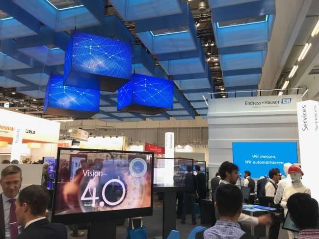 Messestand mit transparenten Display, moderner und emotionaler Medienbespielung. Deckenabhaengung mit LED-Displays.