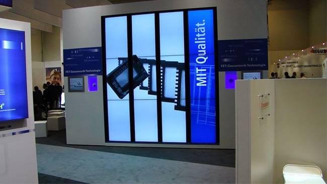 LED-Displays auf einem Messestand mit Produktanimationen und Produktdarstellungen
