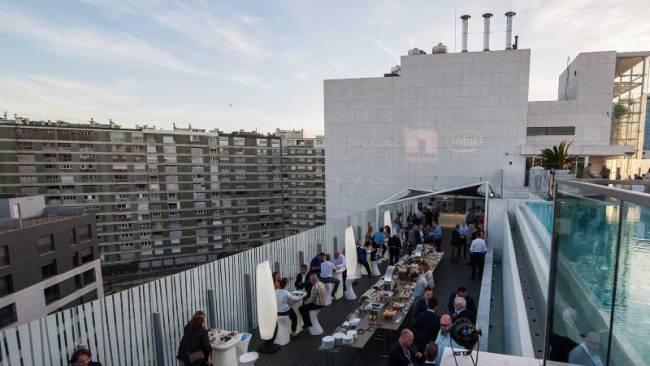 Ansicht einer Dachterasse in Lissabon bei einem NetApp Event. Die Gäste networken und haben Spass.
