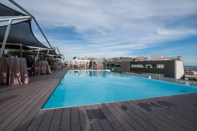 Ansicht einer Dachterasse mit großem Pool und wunderschönem blauen Himmel für ein außergewöhnliches NetApp Event.