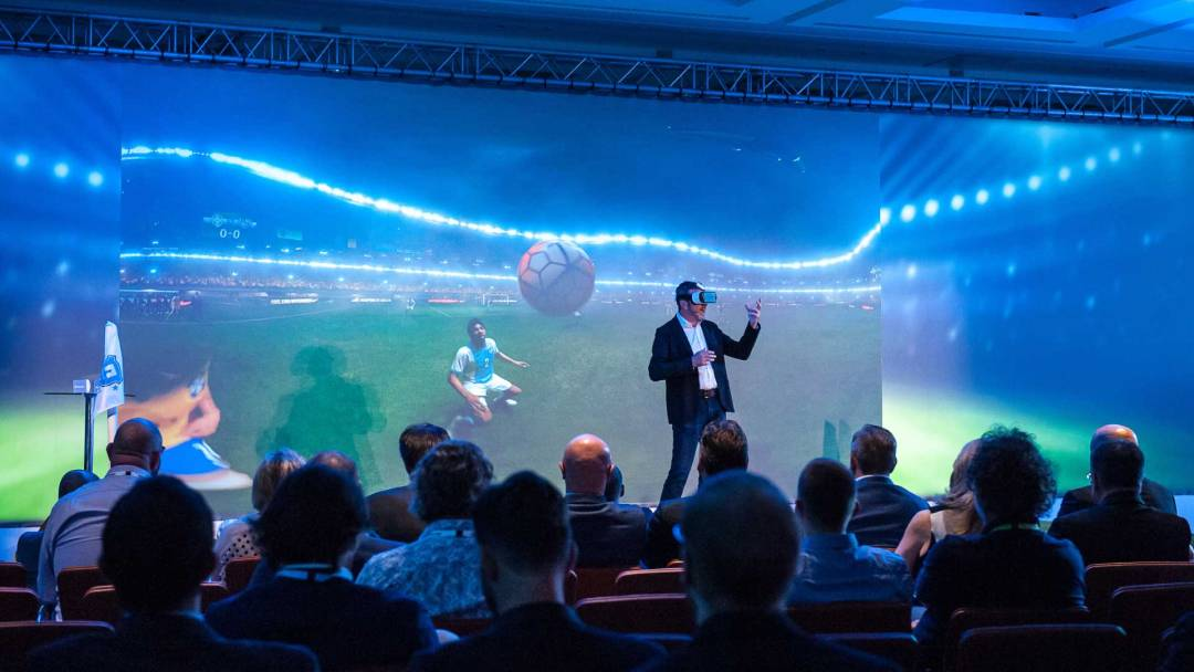 Event-Intro-Aktion mit Trommlern auf einer Bühne