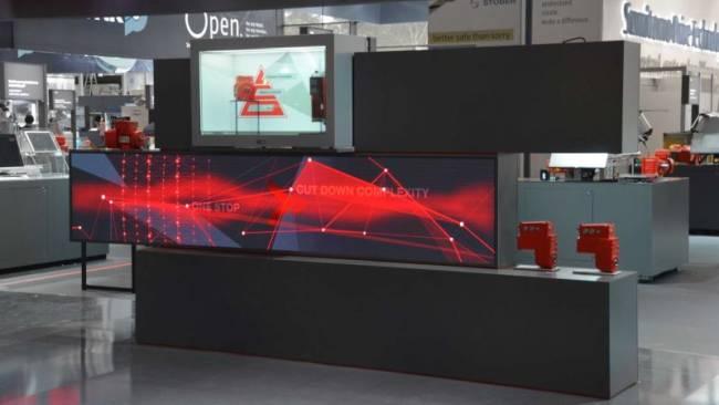 LED-Video auf Messestand. Digitale Produktvitrine mit Touch-Scheibe und interaktiver Bespielung für modernes Messe-Marketing.