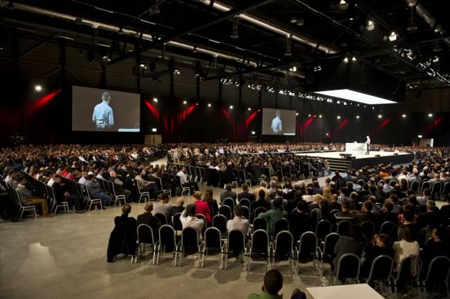 Überblick der gut gefüllten Vortragshalle beim, Swisscom Mitarbeiterevent.