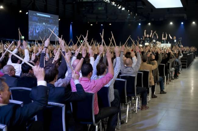 Moderatoren auf Bühne animieren das Publikum, Event-Inszenierung
