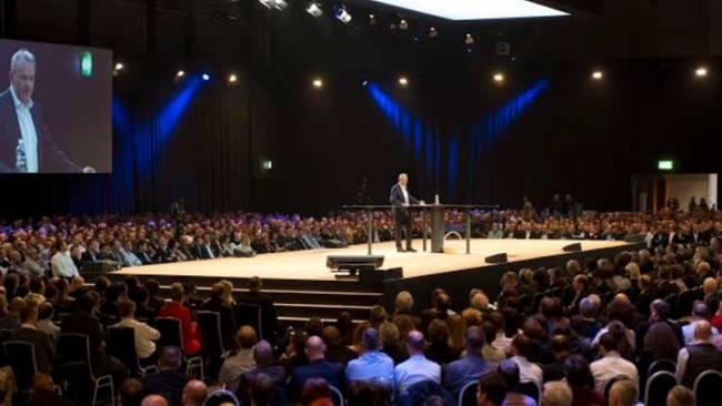 Speaker auf Bühne in Halle