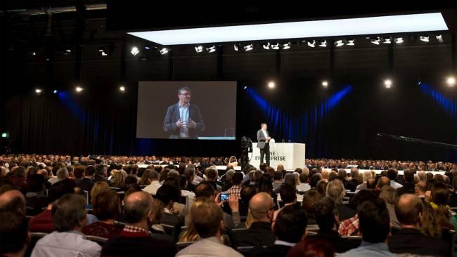 Ein Vortrag wird vor grosser Menge gehalten beim Swisscom Event in der Messe Luzern Schweiz.