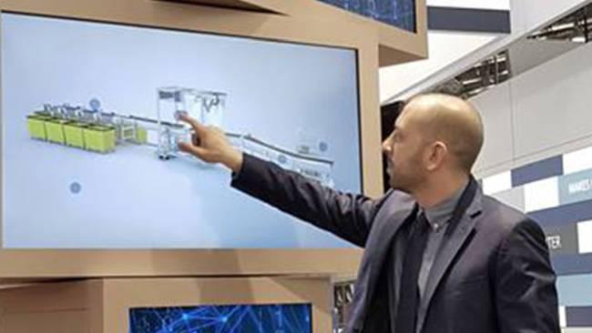 Vertriebsmitarbeiter praesentiert ein Produkt auf einem Touchdisplay mit einer interaktive, digitalen Touchanwendung